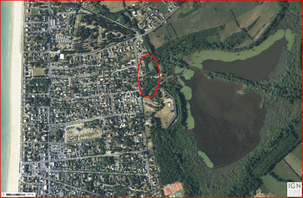 Vue aerienne de Jullouville montrant l'urbanisation importante. Entourée en rouge, la zone du lotissement. (Photo Géoportail)
