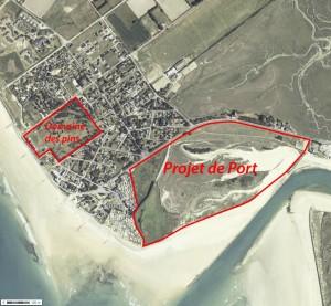Localisation des deux principaux projets du PLU : le port et le complexe touristique du Domaine des pins (Photo Géoportail)