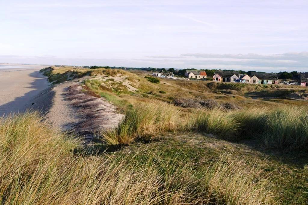 Seul un fragile cordon dunaire protège le site de la mer; (Photo Alain Rongier)